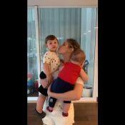 Andressa Suita enche filhos de beijos ao voltar de viagem a trabalho: 'Saudade'