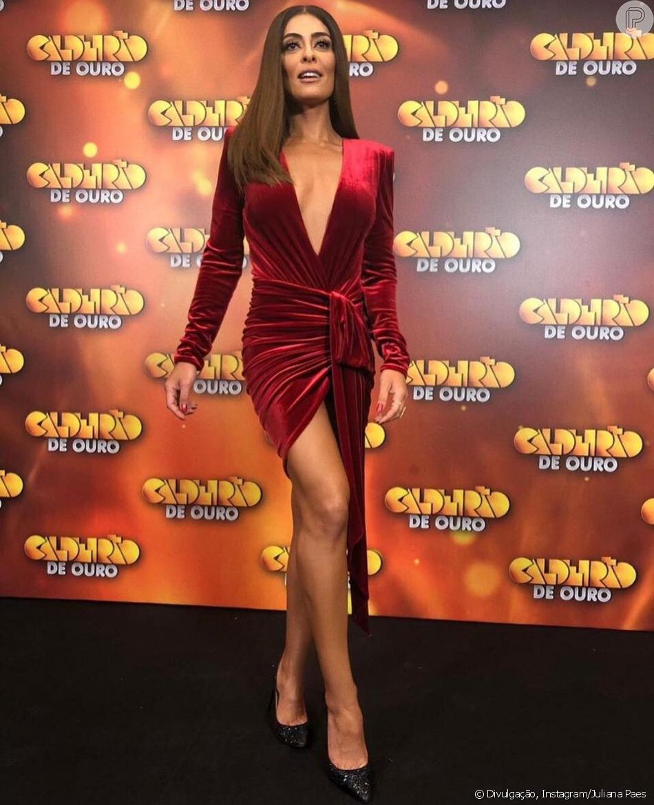 Juliana Paes Escolheu Um Vestido De Veludo Vermelho Para