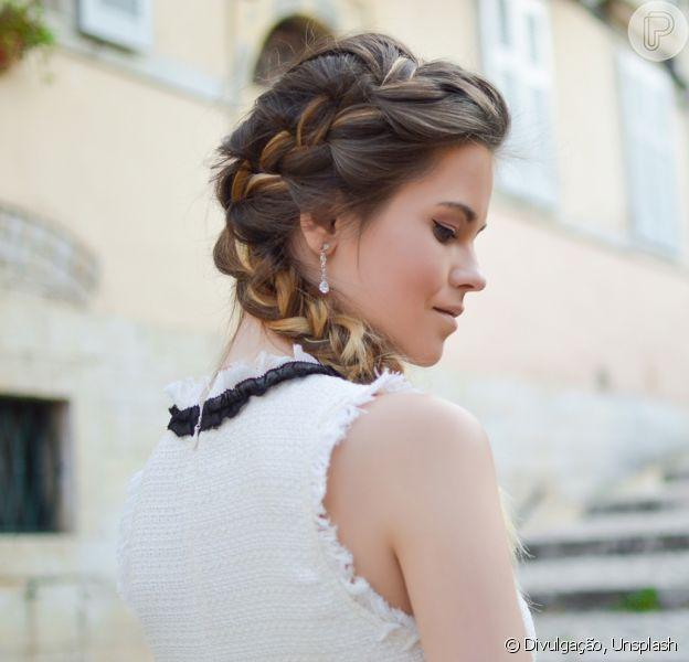 Se a proposta é fazer um penteado mais elegante, a trança lateral pode começar na parte de cima da cabeça