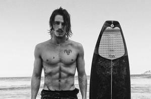Romulo Neto exibe abdômen sarado durante ensaio fotográfico na praia