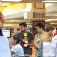 Cauã Reymond saiu para fazer comprar com Gilmar, irmão de Grazi Massafera, em um supermercado no Rio