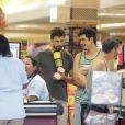 Cauã Reymond faz compras com o irmão de Grazi Massafera, Gilmar, no Rio. Ator está oficialmente separado da apresentadora do 'Superbonita', do GNT, mas casal estaria ensaiando uma reconciliação