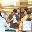 Cauã Reymond comprou sorvetes com o irmão de Grazi Massafera, Gilmar, no Rio