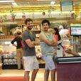Cauã Reymond faz compras com o irmão de Grazi Massafera, Gilmar, no Rio
