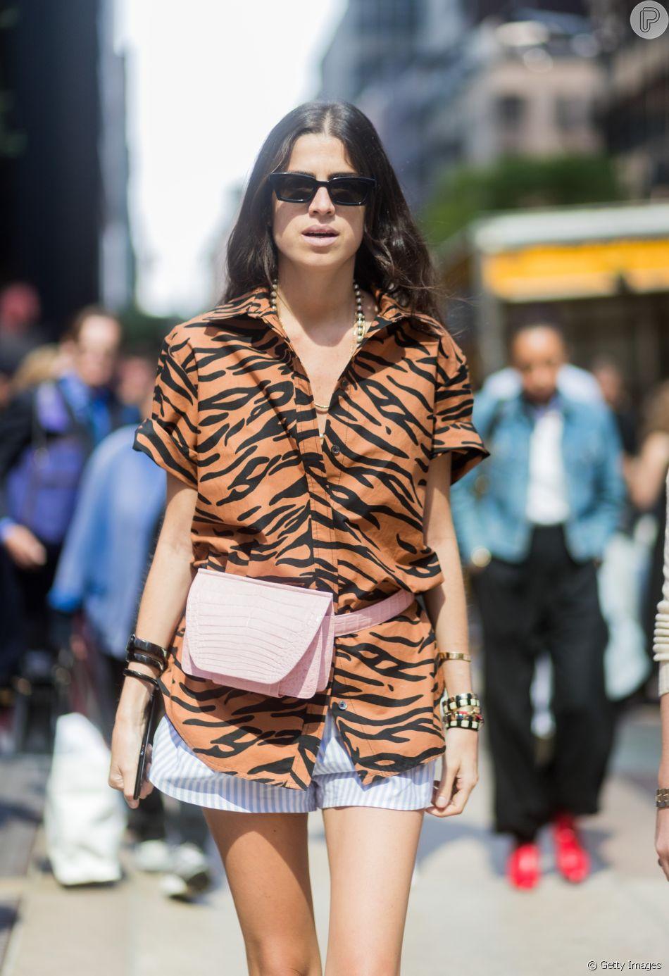 Animal print bem verão: camisa + shortinho + pochete
