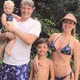 Eliana combinou roupa de praia com o noivo, Adriano Ricco, e os filhos, Arthur e Manuela