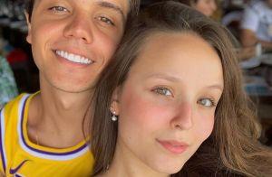 Nos EUA, Larissa Manoela sente falta do namorado: 'Um dia sem você parece 1 ano'
