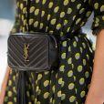A pochete pretinha nada básica com logo tendência de Yves Saint Laurent + estampa de poá repaginada