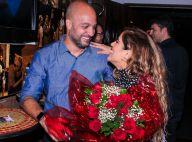 Grávida, Camilla Camargo ganha flores da mãe, Zilu, e beijo do marido em estreia