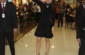 Maria Casadevall combina look preto e branco para lançamento de coleção em SP