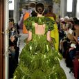 Valentino Spring Summer 2019 na Paris Fashion Week: brilho metalizado no vestido exuberante