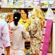 Angélica é flagrada presenteando sua filha, Eva, em loja de shopping no Rio de Janeiro