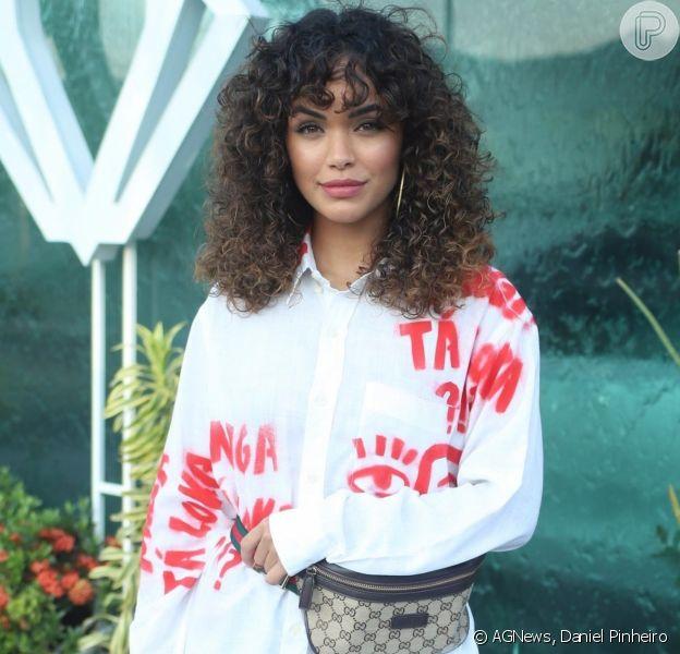 Giovana Cordeiro apostou na camisa como vestido e na sandália animal print na estreia da novela 'Verão 90'
