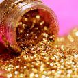 O glitter dourado ajuda a iluminar o olhar quando aplicado no cantinho interno dos olhos