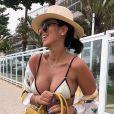 O coque baixo com chapéu foi aposta de Jade Seba no look de praia