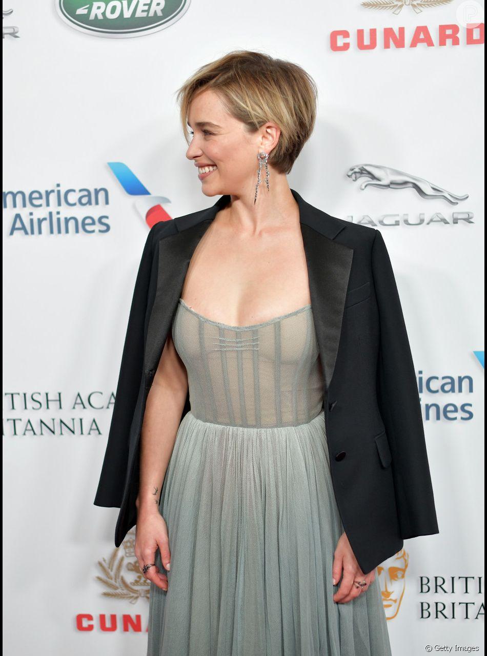 Entre as famosas gringas, Emilia Clarke é uma das que que ostenta corte pixie loiro