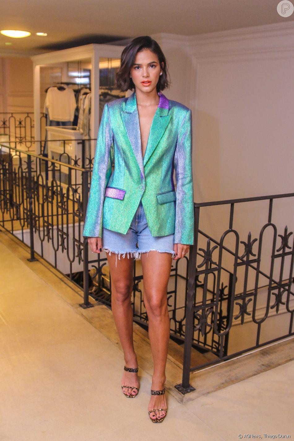 85759809a6 Bruna Marquezine combinou uma jaqueta holográfica com short jeans em um  estilo high-low