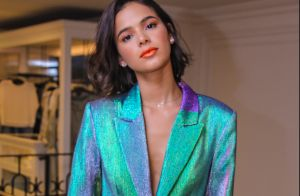 Holográfico, coral & animal print! Bruna Marquezine monta look com mix de trends