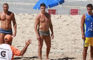 José Loreto malha com personal trainer e exibe barriga sarada durante futevôlei