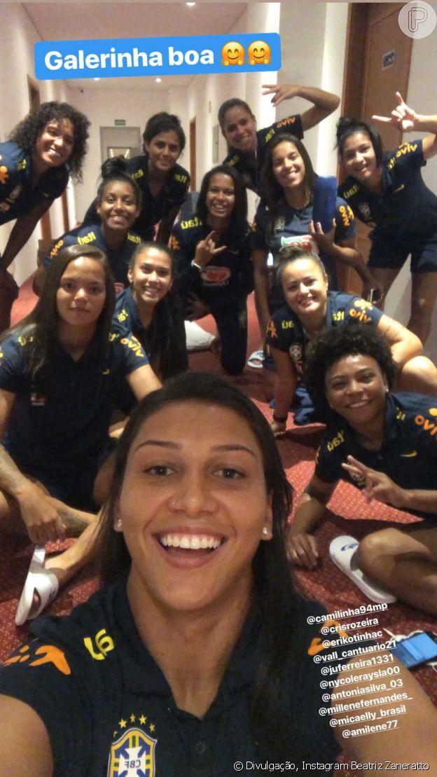 Em seu stories do Instagram, a atacante da seleção, Bia, compartilhou o momento de união das meninas.