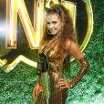 Deborah Secco apostou no batom coberto de glitter dourado para o Carnaval