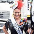 Make com glitter! Leandra Leal apostou na sombra e no batom com purpurina no look do bloco de Carnaval