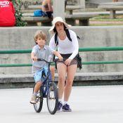 Fernanda Torres ensina Antonio, seu filho caçula, a andar de bicicleta no Rio