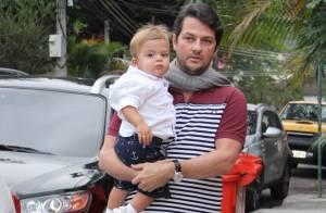 Marcelo Serrado leva os gêmeos, Felipe e Guilherme, em festa de filha de diretor