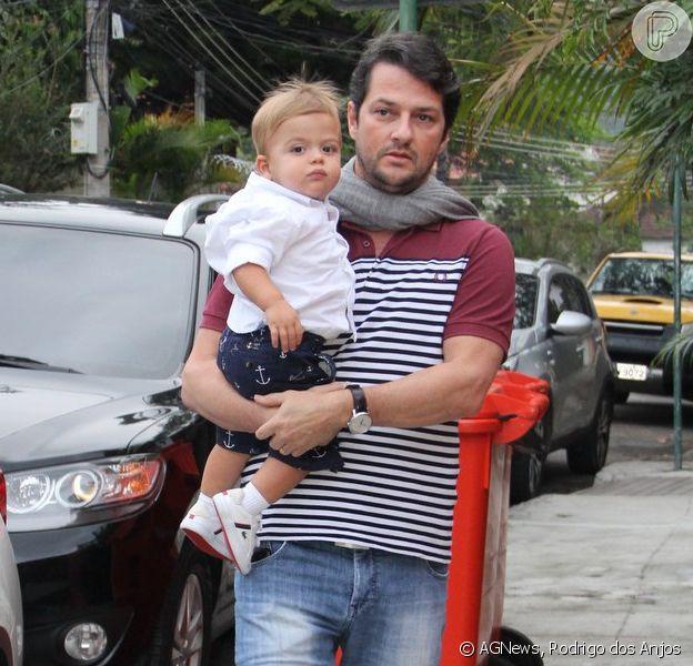 Marcelo Serrado chega com um de seus filhos no colo na festa da filha do diretor Mauro Mendonça Filho, em 28 de setembro de 2014
