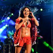 Alinne Rosa elege top para show de Carnaval e exibe barriga trincada. Fotos!