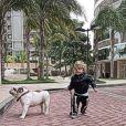 Romeo, filho de Priscila Fantin, brinca com Chico, o cachorro da família