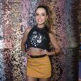 Sempre estilosa, Giovanna Lancellotti escolheu saia mostarda e top para curtir o Carnaval de Salvador