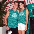Camila Queiroz foi de short branco e sandália na cor living coral. O tom vibrante deu um ar alegre à produção para curtir Carnaval em camarote no Rio