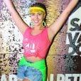 Vivian Amorim usou cores neon para compor seu look de Carnaval. Verde e amarelo neon deixaram o visual com pegada fun