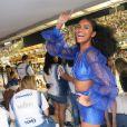 Duda Almeida exibe look all blue com mangas bufantes para curtir camarote em Carnaval do Rio