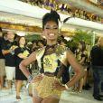Erika Janusa aderiu ao suspensório com hot-pant dourado e saiu do óbvio. A peça deixou a atriz ainda mais estilosa para curtir a folia do Carnaval