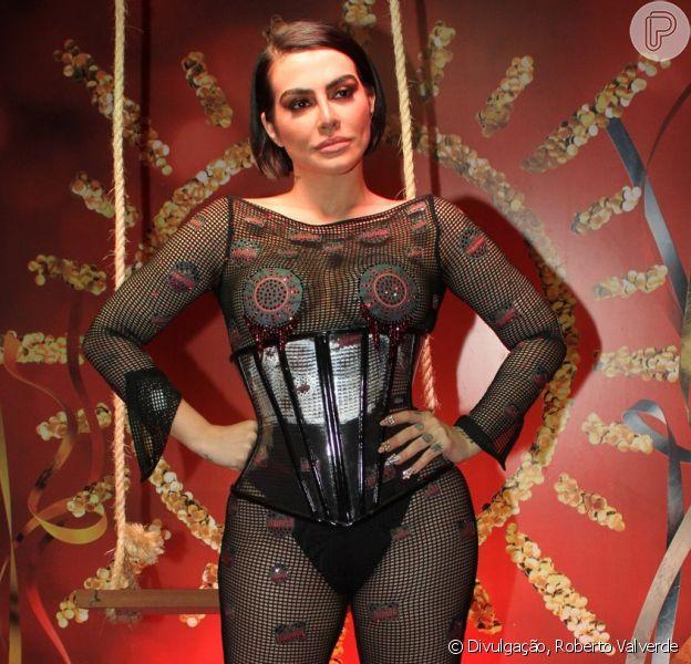 Cleo, embaixadora do Camarote Itaipava, elege look ousado para noite na Sapucaí