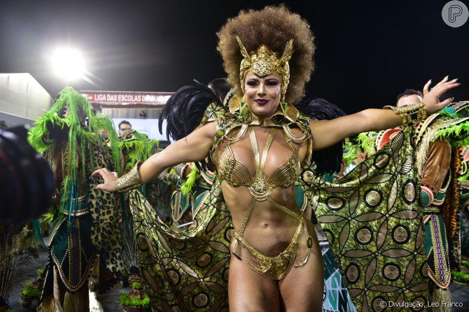 17f53eea4 Viviane Araújo usou bíquini cavado e fio-dental para brilhar no seu posto  de rainha de bateria da Mancha Verde no Carnaval 2019.