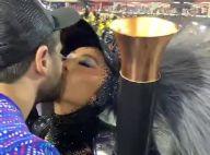Momento romance! Sabrina Sato dá selinho em Duda Nagle durante desfile. Vídeo!