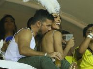 Juliana Paes ganha carinhos e mordidinhas do marido em camarote na Sapucaí