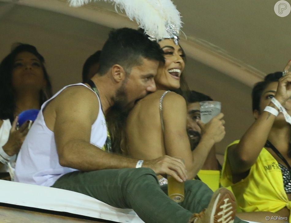 Juliana Paes ganha beijos e mordidinhas do marido ao curtir camarote na Sapucaí, na noite desta segunda-feira, 04 de março de 2019