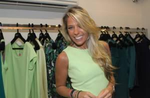 Adriane Galisteu prestigia lançamento de coleção de roupas em loja de São Paulo