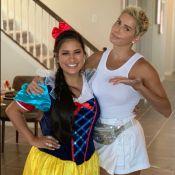 Simone, irmã de Simaria, faz pegadinha com Deborah Secco, em Orlando. Vídeo!