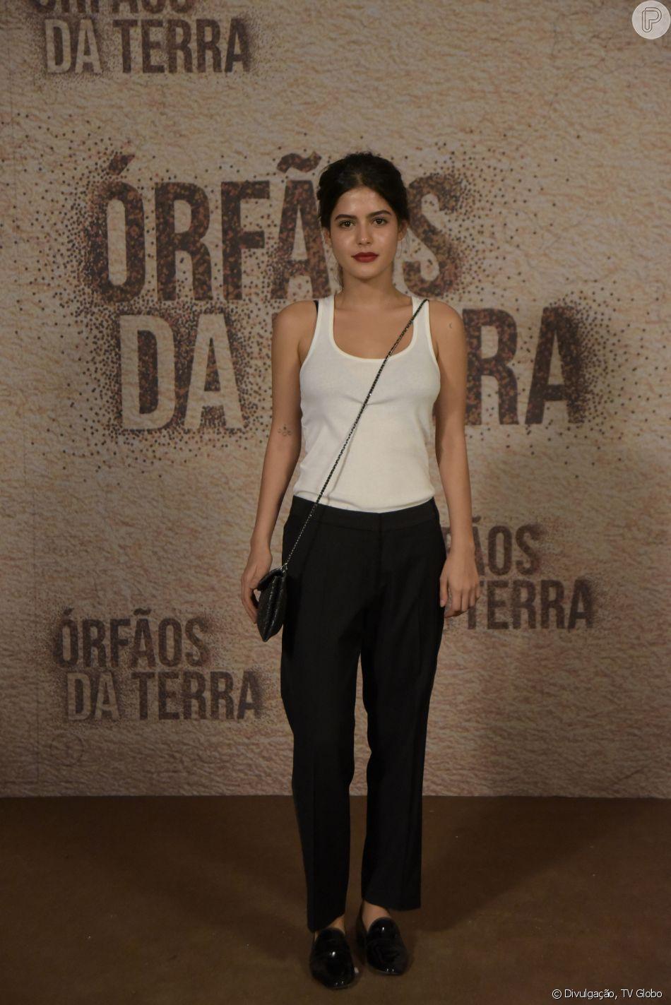 """Julia Dalavia apostou em um look básico e fashion, comprado no Brechó Pixoti, em São Paulo, para a coletiva da novela das 18h da TV Globo, """"Órfãos da Terra'"""