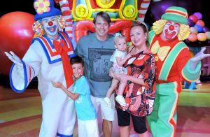 Em família! Eliana vai ao circo com filhos, Manuela e Arthur, noivo e mãe. Fotos