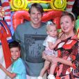 Filha de Eliana, Manuela rouba cena em circo com look floral e tênis