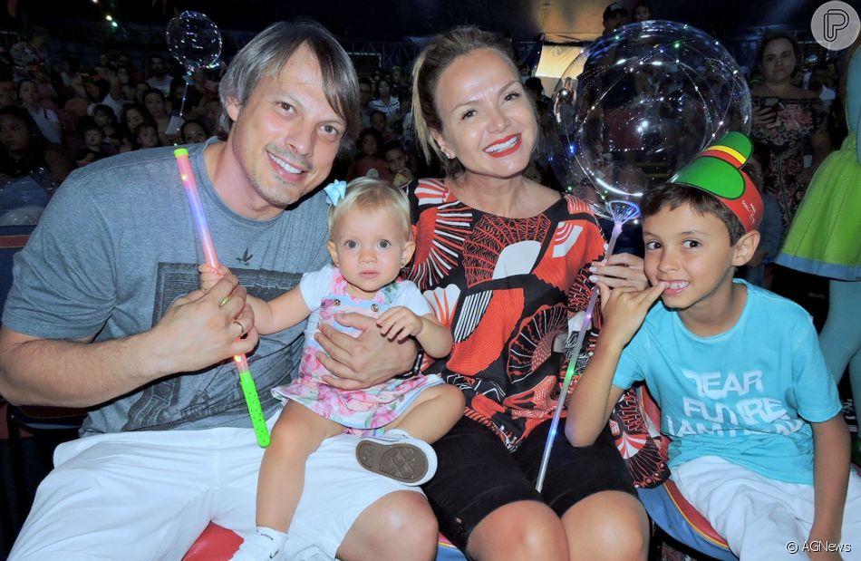 Em família! Eliana vai ao circo com filhos, Manuela e Arthur, noivo e mãe, na noite de sábado, dia 17 de março de 2019