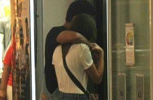 Abraçadinhos! Agatha Moreira e Rodrigo Simas passeiam juntos em shopping