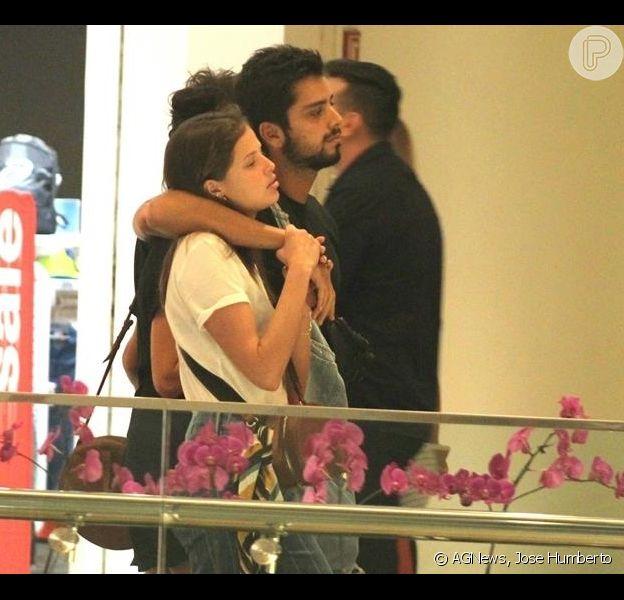 Agatha Moreira e Rodrigo Simas fazem passeio juntos no shopping Village Mall, no Rio de Janeiro, em 17 de março de 2019