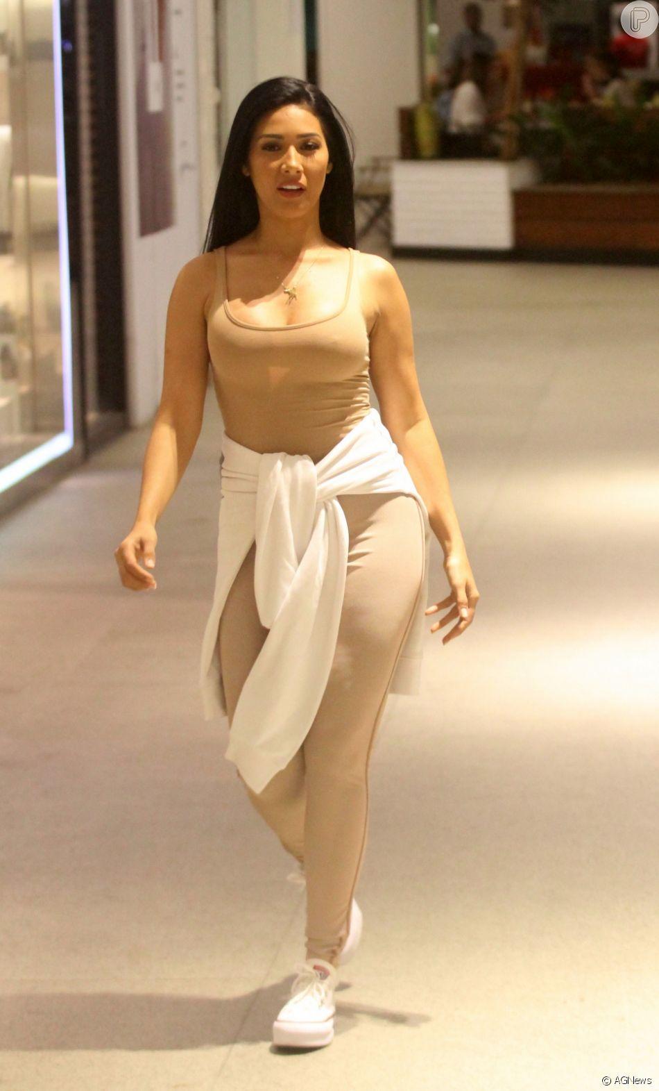 Simaria apostou em look nude, moletom amarrado na cintura